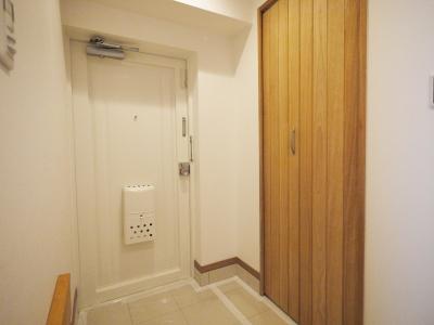 玄関 (隠れた可動収納棚がたくさんある家)
