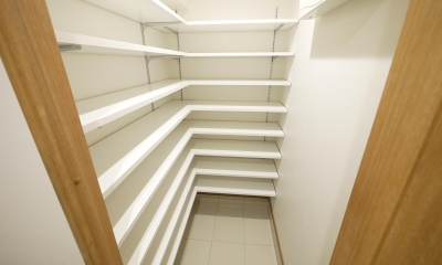 隠れた可動収納棚がたくさんある家 (シューズクローク)