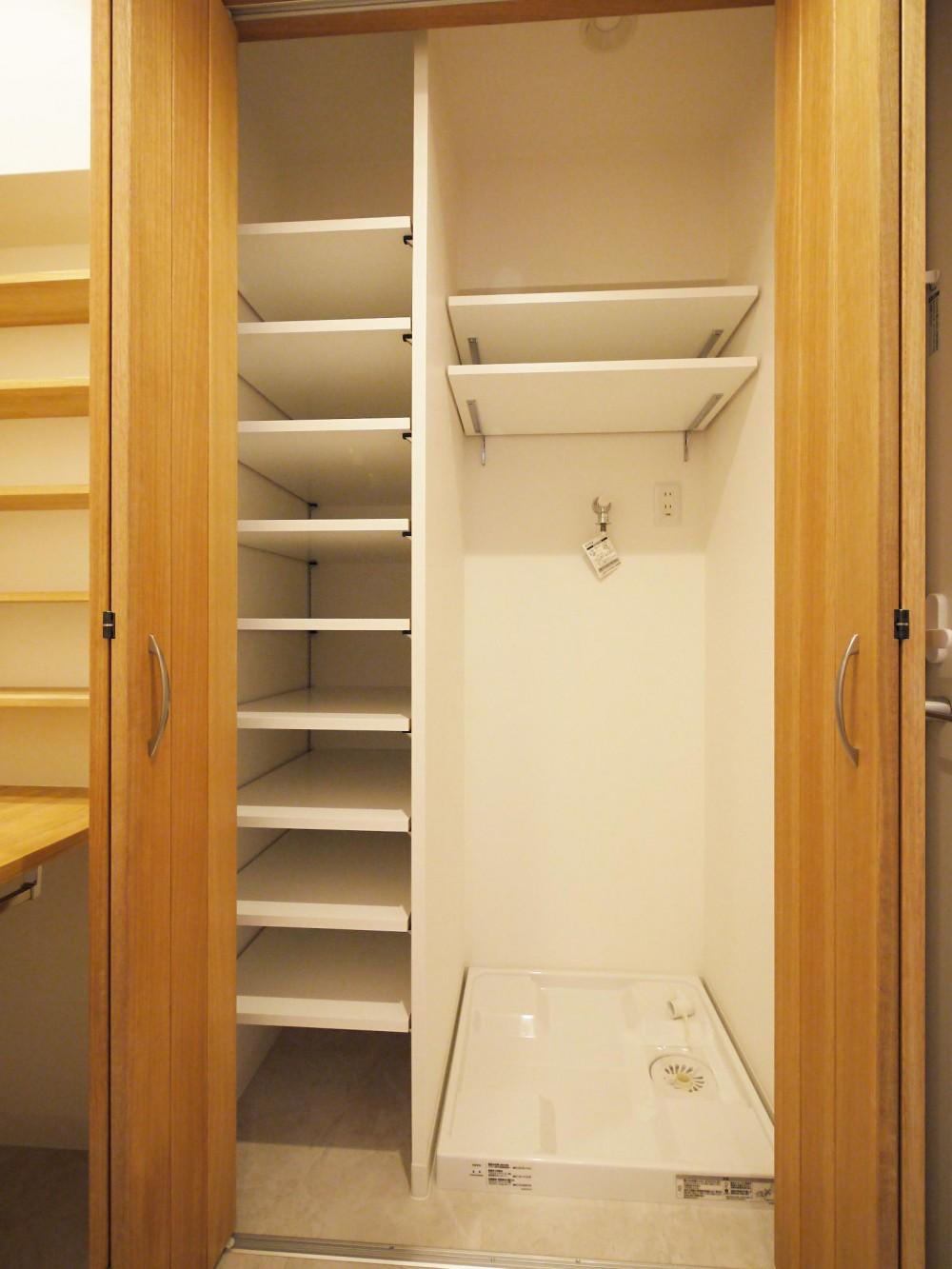 隠れた可動収納棚がたくさんある家 (洗面室)