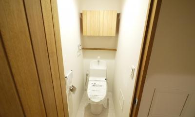 隠れた可動収納棚がたくさんある家 (トイレ)
