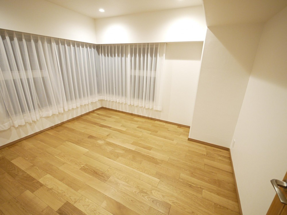 隠れた可動収納棚がたくさんある家 (洋室)