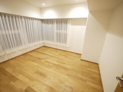 洋室 (隠れた可動収納棚がたくさんある家)