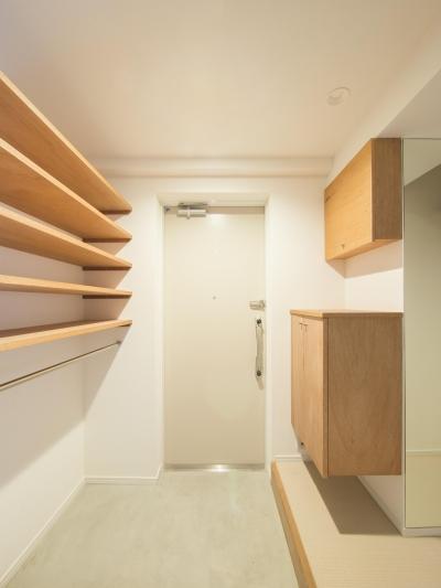 玄関の収納はラワンで製作 (子どもの小上がりのある家 すくすくリノベーションvol.9)