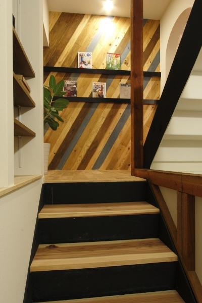 階段 (素材感を前面に押し出したヘアサロン兼住宅)
