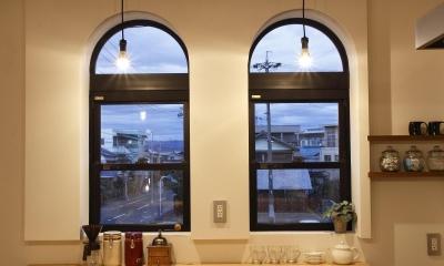 素材感を前面に押し出したヘアサロン兼住宅 (双子窓)