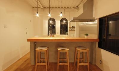 素材感を前面に押し出したヘアサロン兼住宅 (BARかカフェを思わせるキッチン)