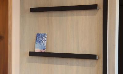 素材感を前面に押し出したヘアサロン兼住宅 (居住スペースとサロンスペースを繋げるドア)