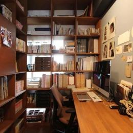 ブックシェルフに囲まれた書斎