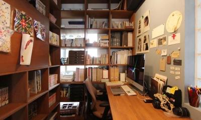 ブックシェルフに囲まれた書斎|dot.
