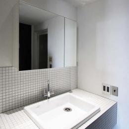 ホワイトタイルを貼ったさわやかな洗面スペース