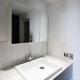 ホワイトタイルを貼ったさわやかな洗面スペース (dot.)