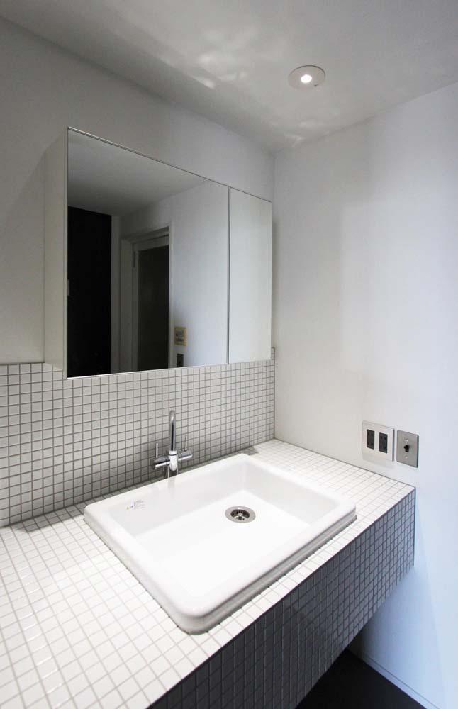 dot.の部屋 ホワイトタイルを貼ったさわやかな洗面スペース