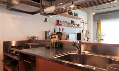 収納たっぷりの使い勝手の良い対面キッチン|ひとつ屋根の下