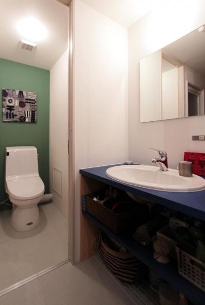 グリーンとブルーがアクセントのトイレと洗面台 (ひとつ屋根の下)
