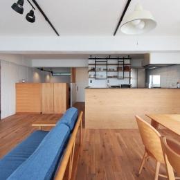 黒とパステル (オリジナル造作壁の対面式キッチン)