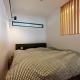 シンプルなベッドルーム (黒とパステル)