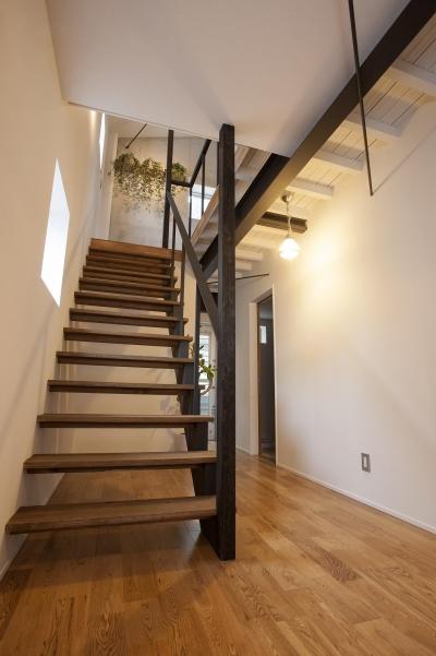 ストリップ階段 (バイクガレージのある家 「WEST BASE」)