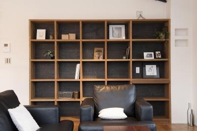 バイクガレージのある家 「WEST BASE」 (ブックカフェのような造り付けの本棚)