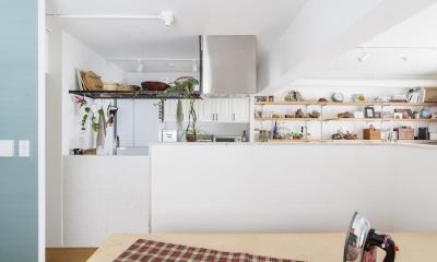 自宅兼アトリエ、美しく見せる区分けの秘密 (キッチン)