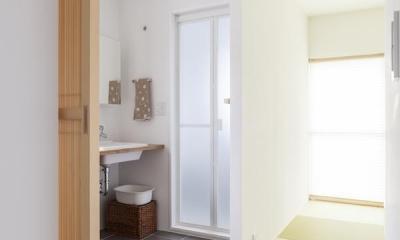自宅兼アトリエ、美しく見せる区分けの秘密 (洗面スペース)
