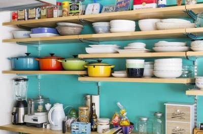 食器棚 (狭くて贅沢な寝室と、ハワイのコテージ)