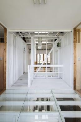 我孫子の家 (床がスケルトンになっている廊下)