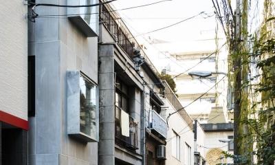蔵前の小さな家 (街並みに馴染む質感のある外壁と出窓)