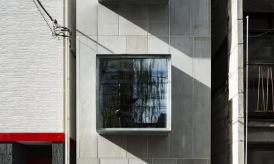 外観正面 スチールの出窓が印象的な表情をつくる|蔵前の小さな家
