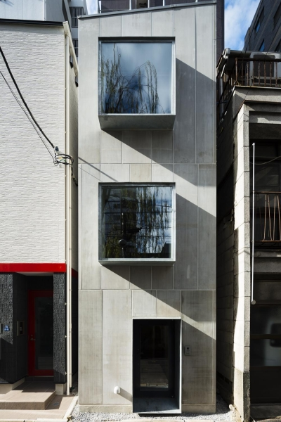 蔵前の小さな家 (外観正面 スチールの出窓が印象的な表情をつくる)
