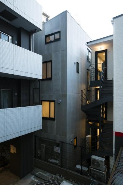蔵前の小さな家 (隣地境界側外観 マンション、アパートに挟まれた狭小敷地)