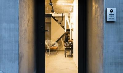 蔵前の小さな家 (室内の様子を強調するフレーミングされた玄関ポーチ)