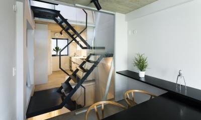 蔵前の小さな家 (ダイニングより階段を介してキッチンを見る)