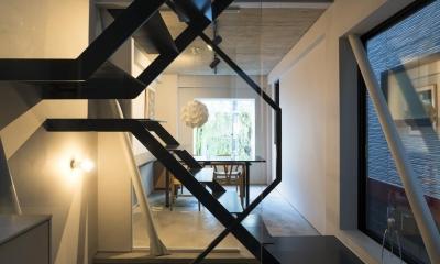 蔵前の小さな家 (キッチンよりダイニングを見る。1階土間と3階の寝室が見渡せる)
