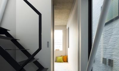 蔵前の小さな家 (廊下より寝室を見る。階段の隙間から2階ダイニングや屋上方向に視界が抜ける。)