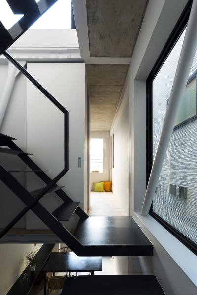 廊下より寝室を見る。階段の隙間から2階ダイニングや屋上方向に視界が抜ける。 (蔵前の小さな家)