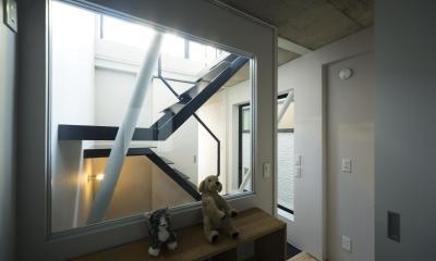 蔵前の小さな家 (子供室 階段越しにハイサイドライトより光が差し込む)