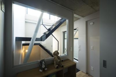 子供室 階段越しにハイサイドライトより光が差し込む (蔵前の小さな家)