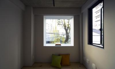 蔵前の小さな家 (寝室 出窓から隣地の柳が見える)