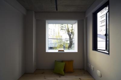 寝室 出窓から隣地の柳が見える (蔵前の小さな家)