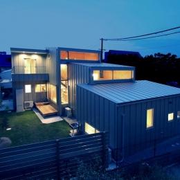 三葛の家 (シンプルなボックスを連ね、ズラした個性的な外観-ライトアップ)