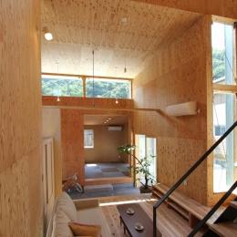 玄関土間と一体感のある和室とリビング (三葛の家)