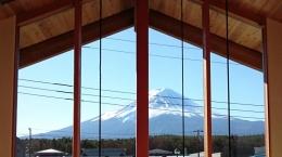 河口湖の舎Ⅱ (富士山の眺望を存分に楽しむことができる、屋根まで届く大窓)