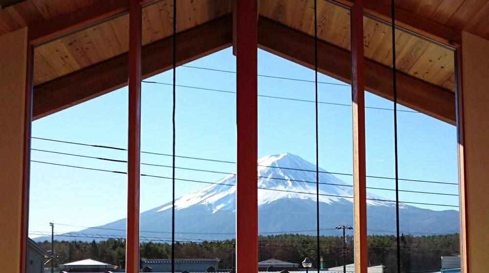 河口湖の舎Ⅱの部屋 富士山の眺望を存分に楽しむことができる、屋根まで届く大窓