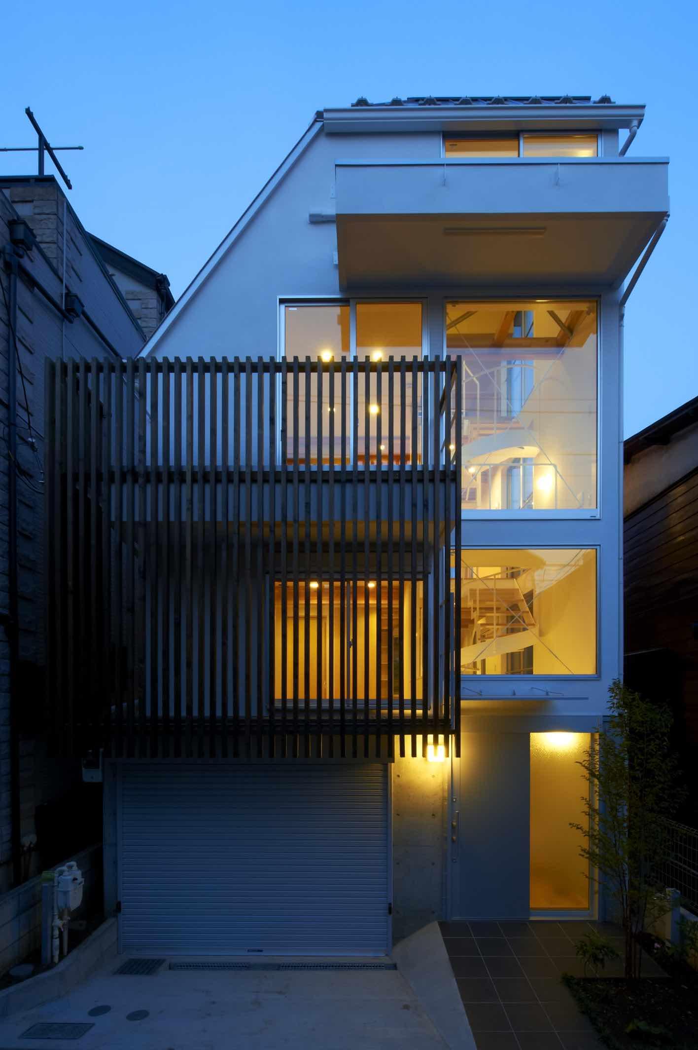 上水の家 (優しい光が漏れる木格子のある外観)