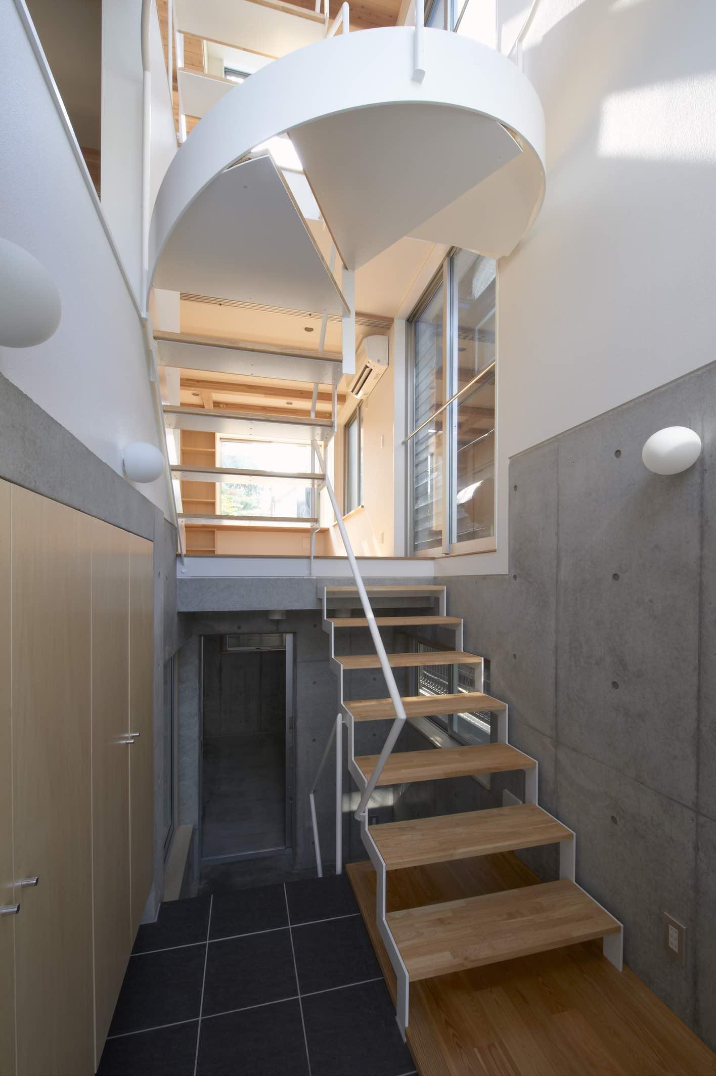 上水の家 (階段が目を引く玄関)