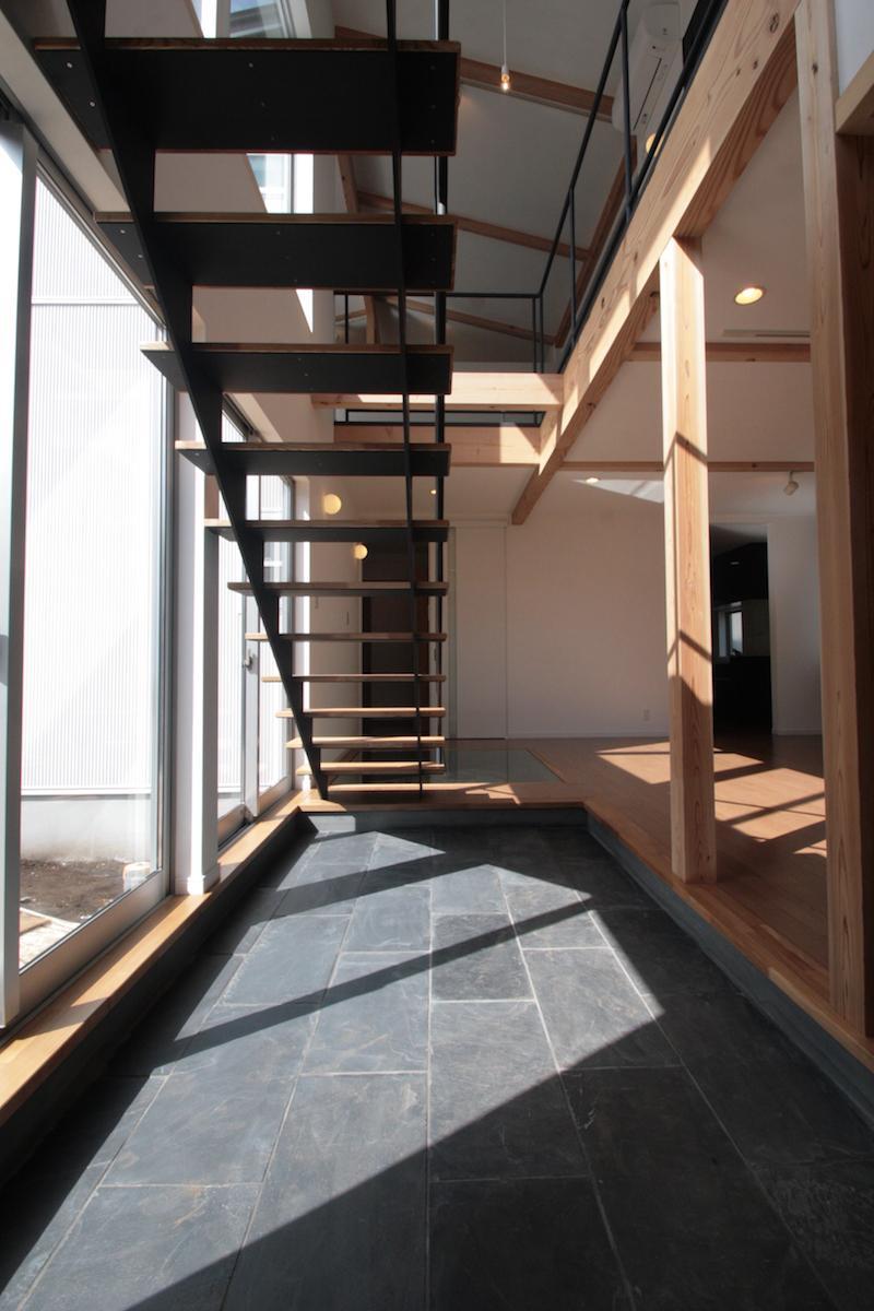 土間と吹抜のある家の部屋 大きな吹き抜けのある土間空間
