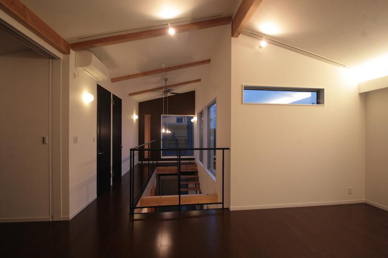 土間と吹抜のある家 (廊下)