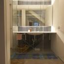 都心のオーナー会社ビルが 光の降り注ぐ憩いの場に変身!の写真 廊下の一角に設けた洗面室