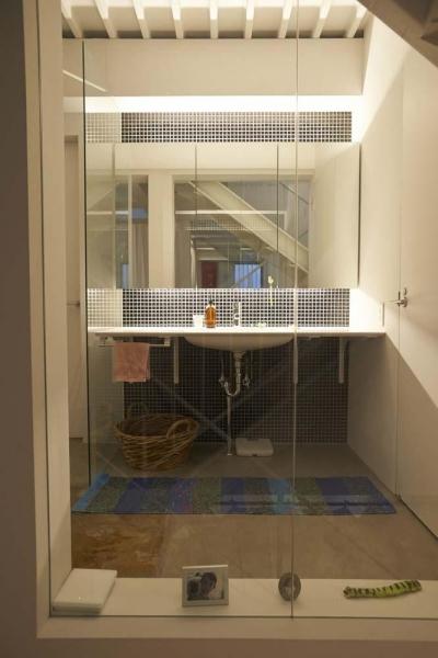 廊下の一角に設けた洗面室 (都心のオーナー会社ビルが 光の降り注ぐ憩いの場に変身!)