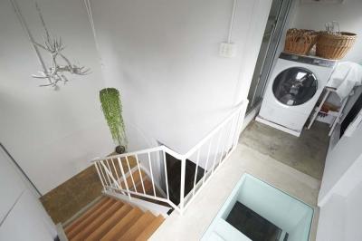 屋上の階段室 (都心のオーナー会社ビルが 光の降り注ぐ憩いの場に変身!)